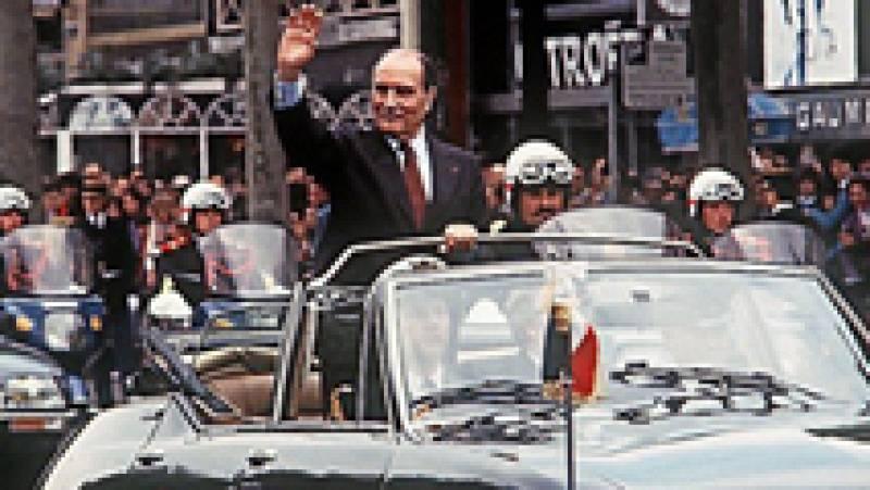 El candidato socialista, François Mitterrand, gana en 1981 al presidente Valery Giscard, que le venció por escaso margen en 1974, convirtiéndose en el primer y hasta ahora único presidente de izquierdas de la Quinta República.