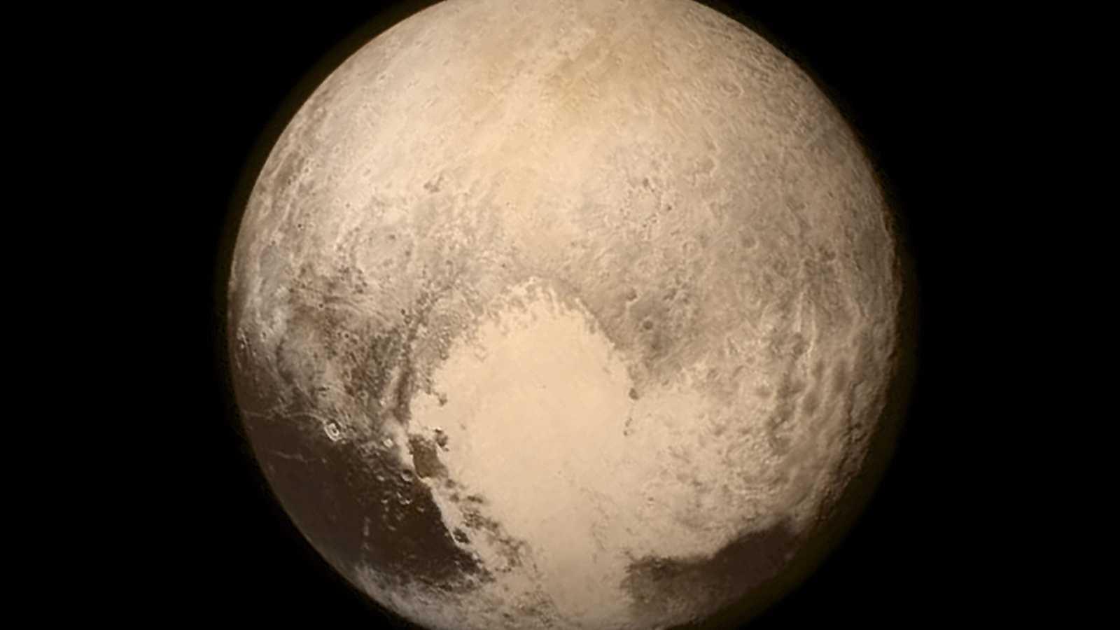 A hombros de gigantes - Plutón deja de ser el gran desconocido: la sonda New Horizons desvela los misterios de este planeta enano - 20/07/15 - Escuchar ahora
