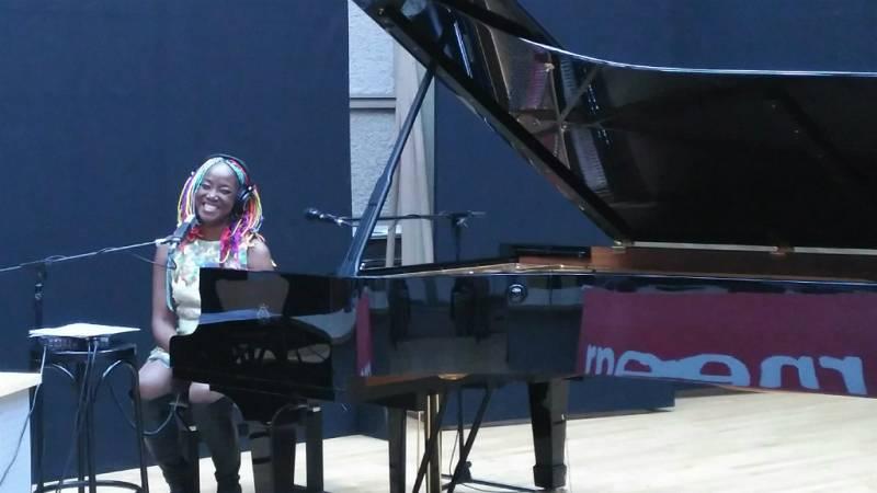 """Las mañanas de RNE - Lucrecia canta """"Amor es eso"""" en directo - Escuchar ahora"""
