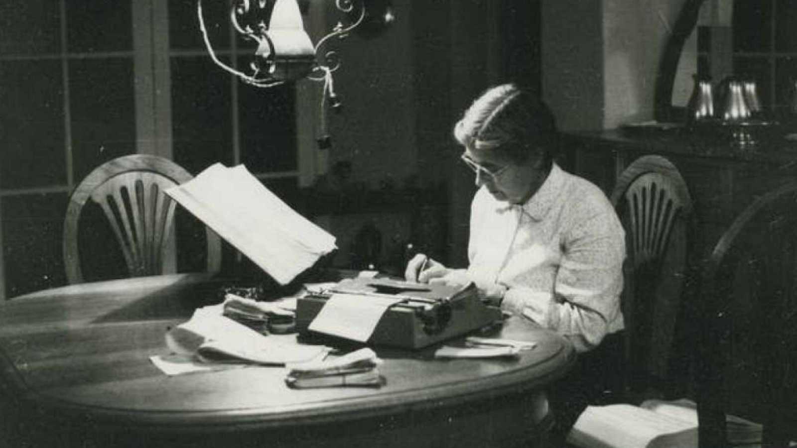 Esto me suena. Las tardes del Ciudadano García - El 'Diccionario de uso del español' de María Moliner cumple 50 años - Escuchar ahora
