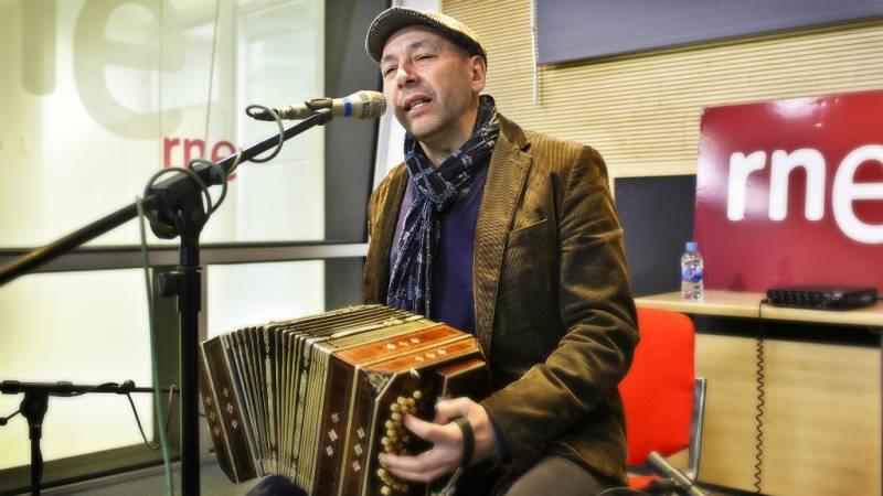 """Las mañanas de RNE - Fabián Carbone canta en directo """"Mi bandoneón y yo"""" - Escuchar ahora"""