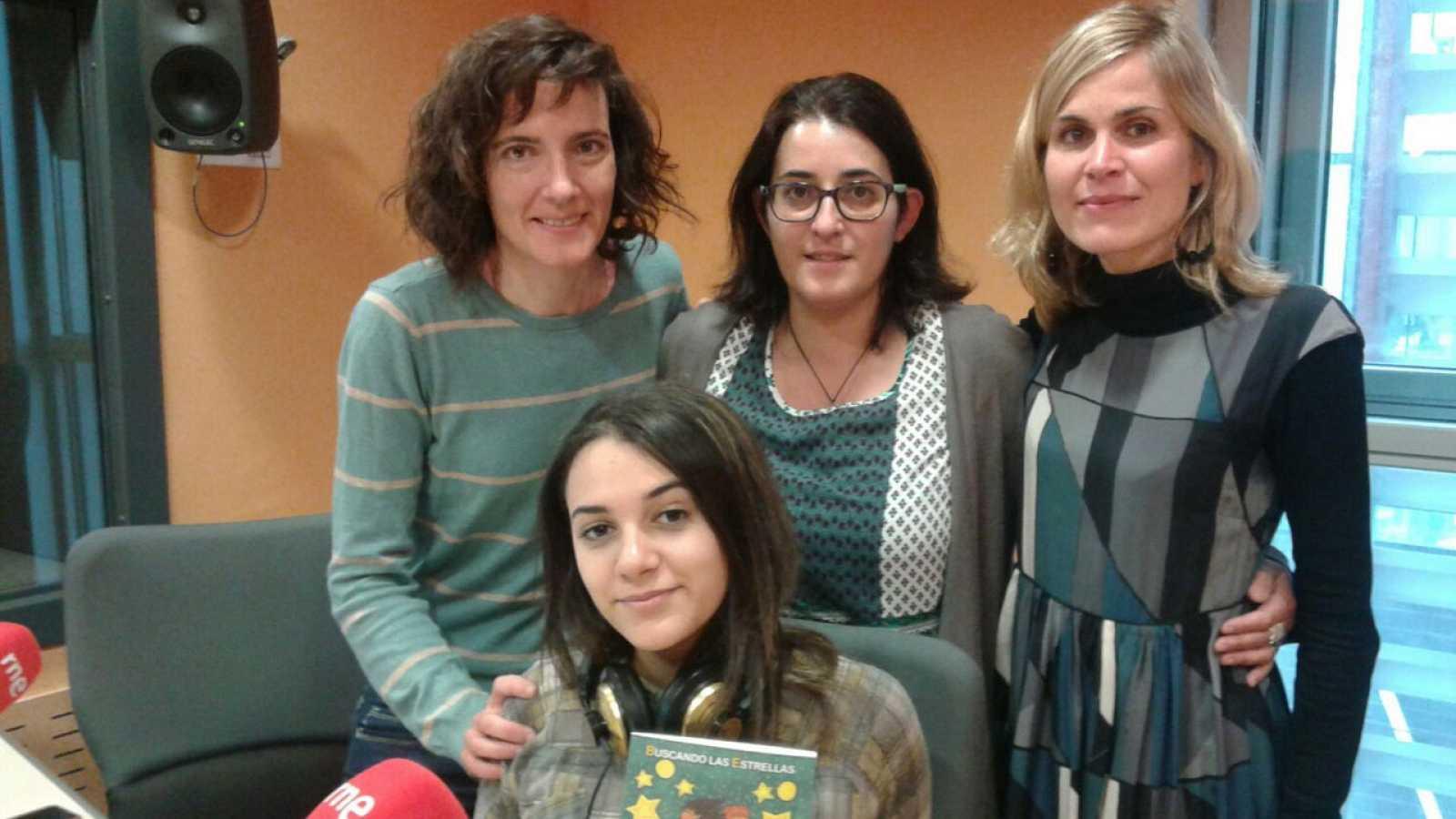 Llibres, píxels i valors - Pallasos en Rebeldía a Idomeni. Buscando las Estrellas, un llibre d'Audrey Damas que recull les experiències d'adolescents i la seva integració a Catalunya