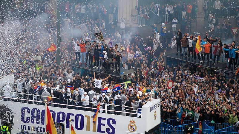 Ramos levanta la 'orejona' en Cibeles ante miles de aficionados