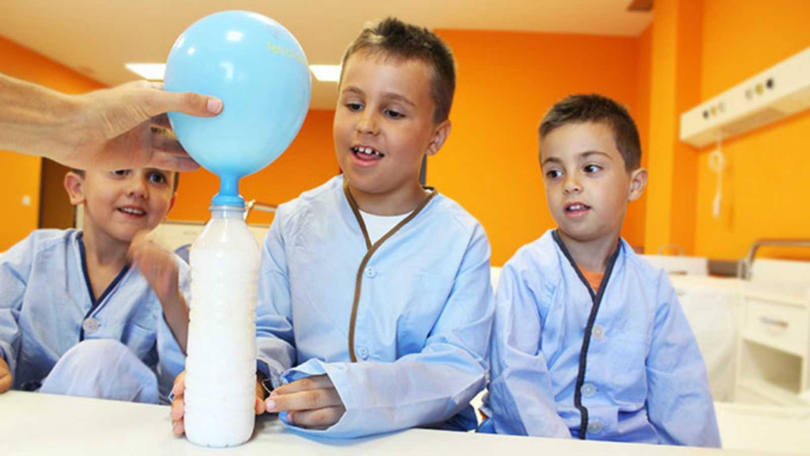 Entre paréntesis - Cienciaterapia, ciencia divertida para niños hospitalizados - Escuchar ahora