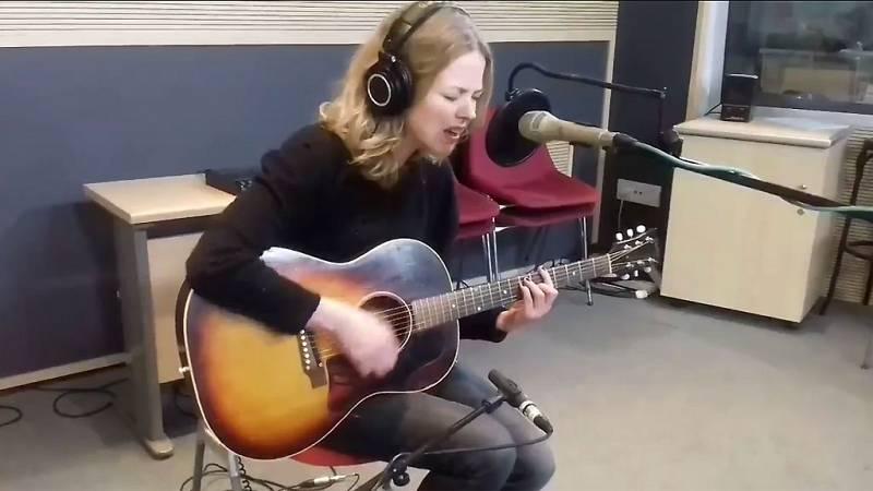 "Las mañanas de RNE - Christina Rosenvinge interpreta en acústico ""Romance de la plata"" - Escuchar ahora"