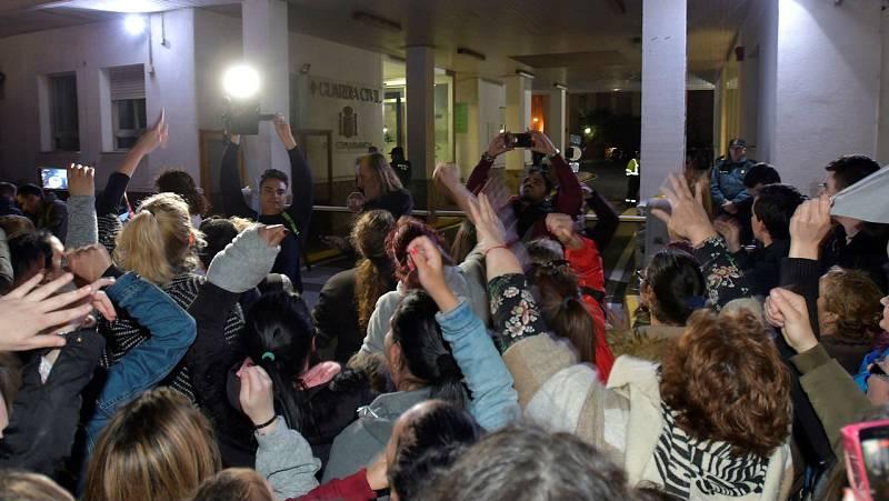 Informativos fin de semana - 24 horas - Centenares de personas al grito de ¡asesina! se concentran ante la comandancia de la Guardia Civil donde permanece detenida la sospecha de la muerte de Gabriel Cruz  - Escuchar ahora