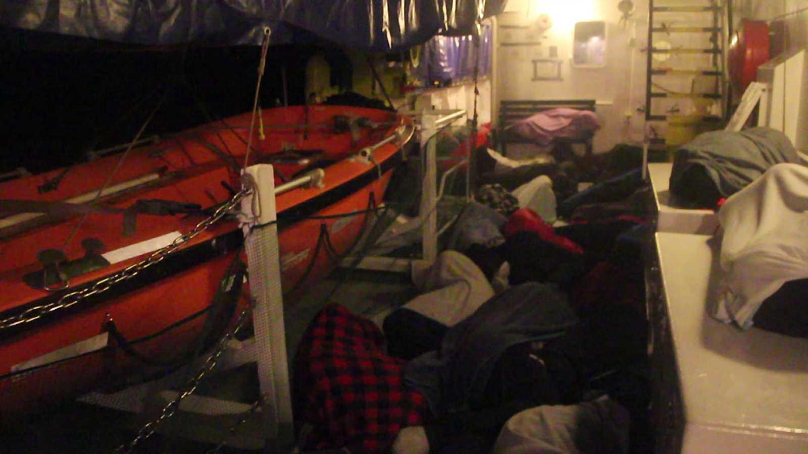 Las mañanas de RNE - Crónica a bordo del Aquarius: 629 migrantes, a la deriva - Escuchar ahora