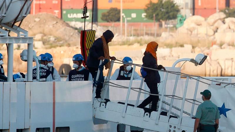 Voces de emoción a bordo del Aquarius antes de desembarcar en Valencia