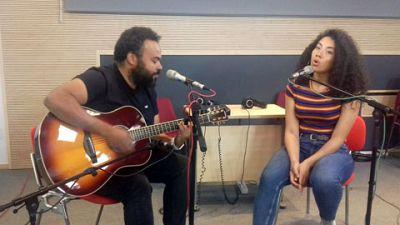 """Las mañanas de RNE - Carlos Jean y Teyou interpretan en acústico """"Dancing Together"""", la canción del Mundial - Escuchar ahora"""