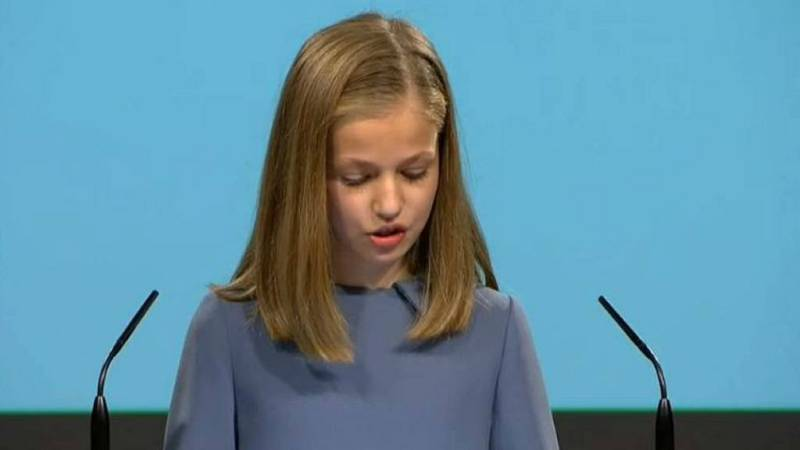 Boletines RNE - La princesa Leonor lee el artículo 1 de la Constitución en sus primeras palabras en público - 31/10/18 - Escuchar ahora