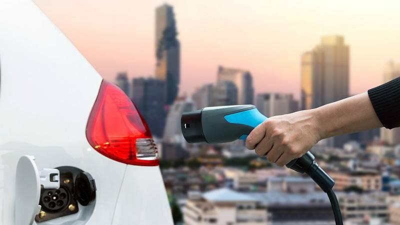 14 horas - La patronal del automóvil pide tiempo para la implantación del coche eléctrico - Escuchar ahora