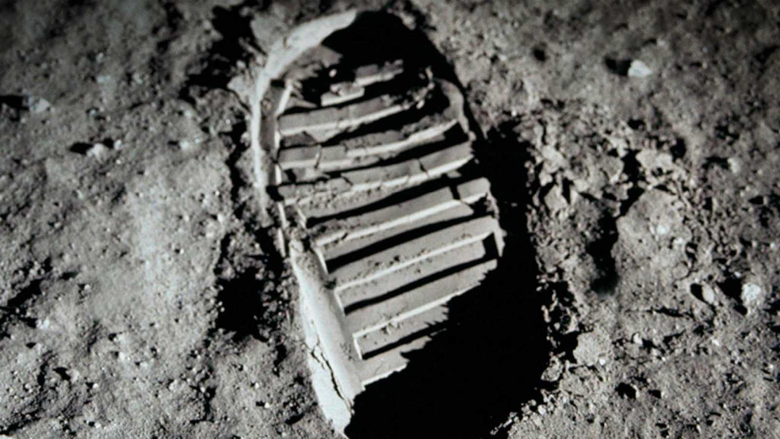 El gallo que no cesa - Los detalles más desconicidos de la llegada del hombre a la Luna - Escuchar ahora