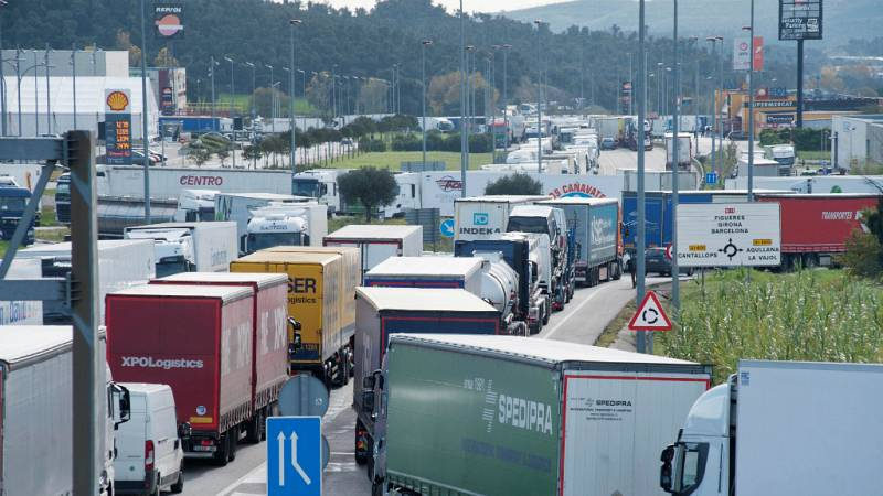 14 horas - Los transportistas pierden 300 euros diarios por las protestas en Francia - Escuchar ahora