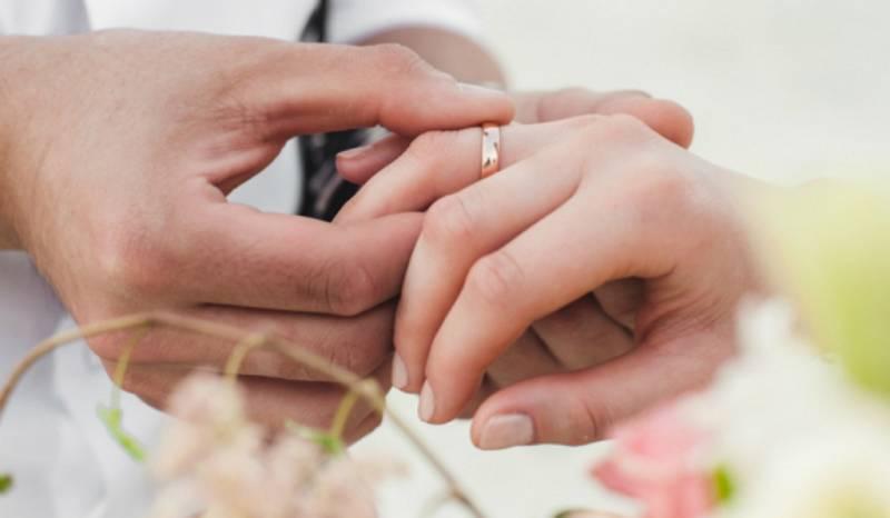 14 horas - Las parejas de distintas nacionalidades podrán escoger la legislación que se les aplica - Escuchar ahora