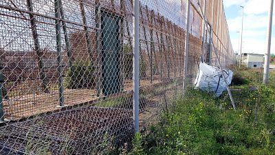 Boletines RNE - 50 personas saltan la valla fronteriza en Melilla - Escuchar ahora