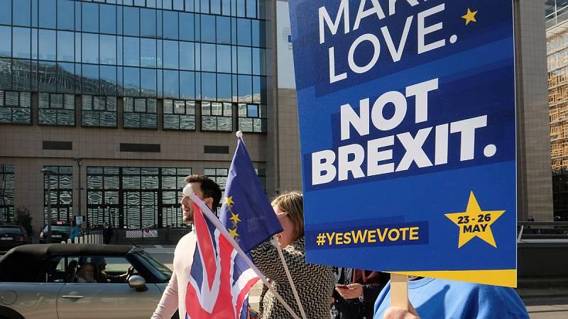 Boletines RNE - Más de un millón de personas firman una petición para revocar el 'Brexit' - Escuchar ahora