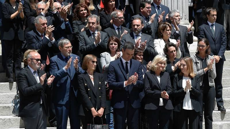 14 horas fin de semana - Entra aplausos salió el féretro con los restos de Pérez Rubalcaba del Congreso - Escuchar ahora