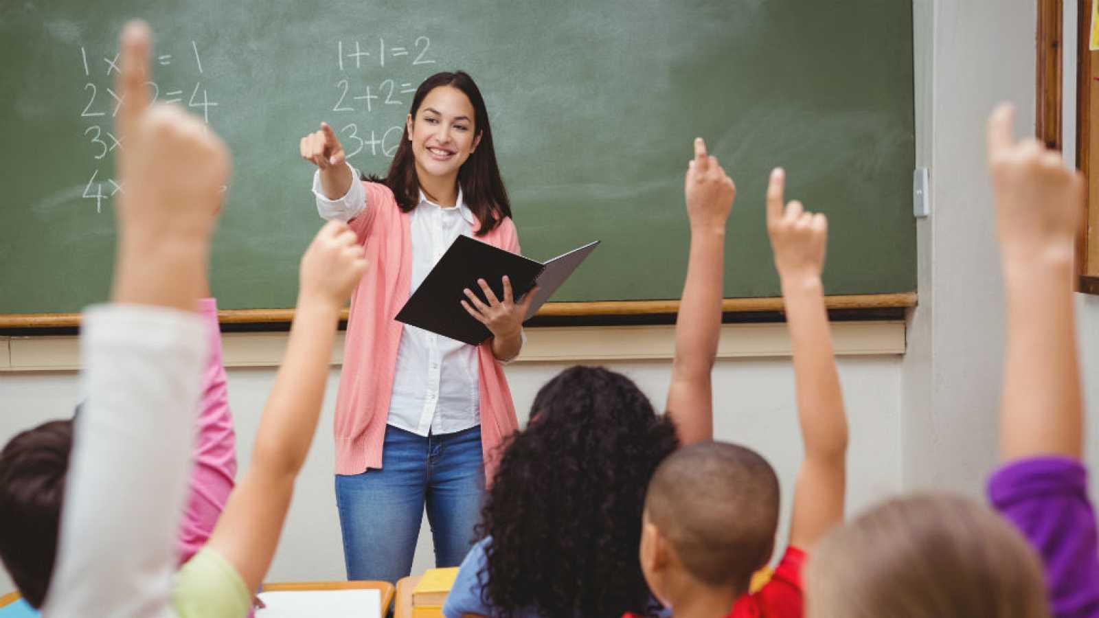 Boletines RNE - Los docentes españoles consideran más importante mejorar la enseñanza que aumentar sus salarios - Escuchar ahora