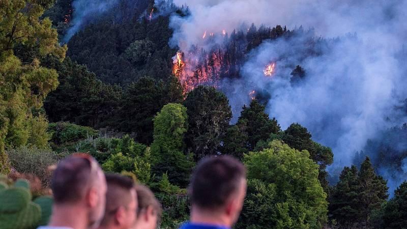 14 horas fin de semana - Cuatro mil evacuados por el incendio virulento y sin control en Valleseco - Escuchar ahora