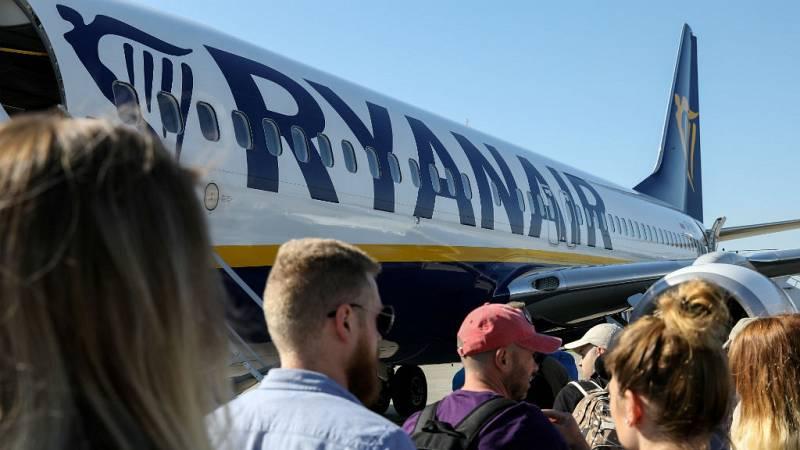 Boletines RNE - Los tripulantes de cabina de Ryanair mantienen la idea de ir a la huelga - Escuchar ahora