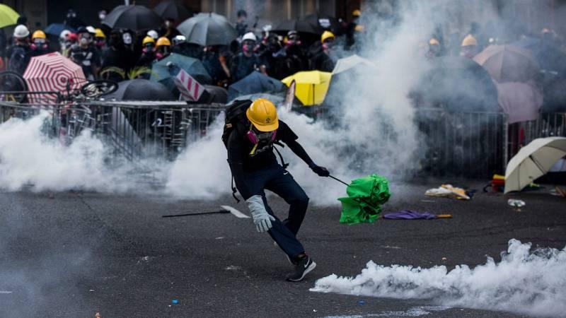 Boletines RNE - Un manifestante herido en Hong Kong en los enfrentamientos con la policía - Escuchar ahora