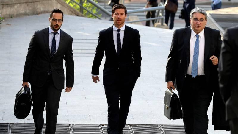 Boletines RNE - Xabi Alonso se sienta en el banquillo por presunto fraude fiscal - Escuchar ahora