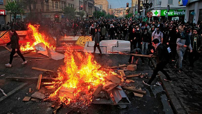 Boletines RNE - Chile se militariza para controlar los disturbios que ya suman tres muertos - Escuchar ahora