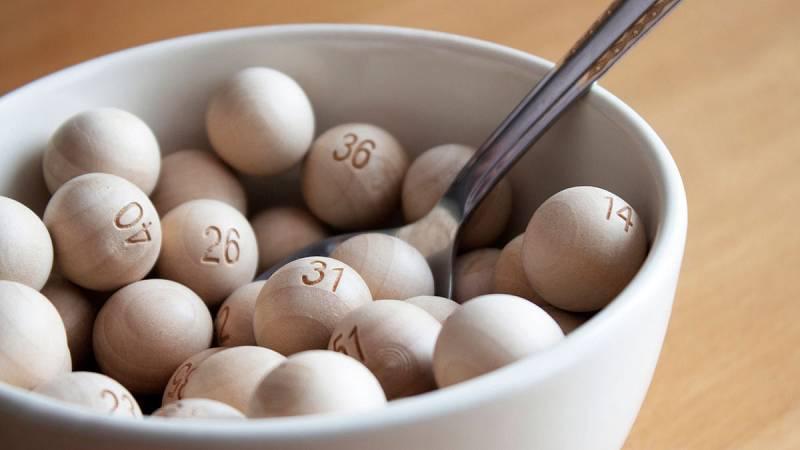 Cuña de la lotería que celebra el nacimiento de una niña