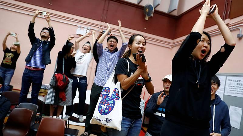 Los antigubernamentales arrasan en las urnas en Hong Kong - Escuchar ahora