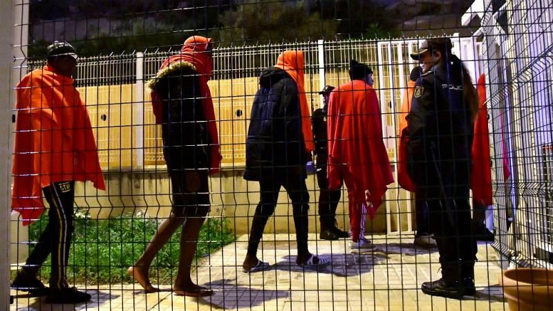 Las mañanas de RNE con Íñigo Alfonso - 100 personas sin localizar a la deriva en el Mar de Alborán - Escuchar ahora