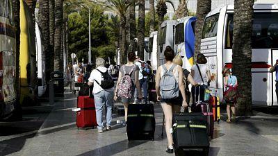 Boletines RNE - Los españoles, menos viajes pero hemos salido más al extranjero - Escuchar ahora