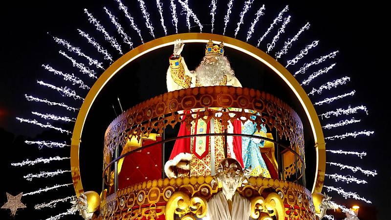 Boletines RNE - Los Reyes Magos arrancan su peregrinaje a Cibeles con 1.800 kilos de dulces - Escuchar ahora