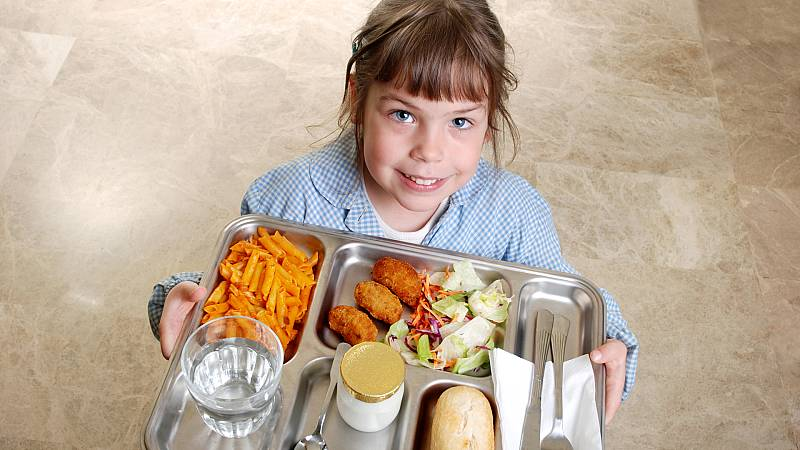 Boletines RNE - Los alumnos comen en el bar mientras esperan un comedor en su colegio - Escuchar ahora