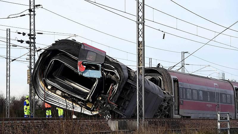 Boletines RNE - Descarrila un tren de alta velocidad en Italia con 28 pasajeros - Escuchar ahora