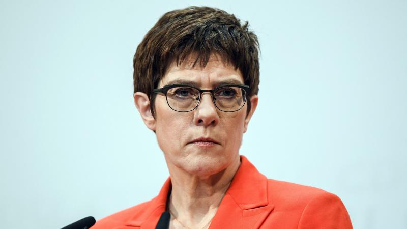 Boletines RNE - Kramp-Karrenbauer renuncia a suceder a Merkel por la crisis de Turingia - Escuchar ahora