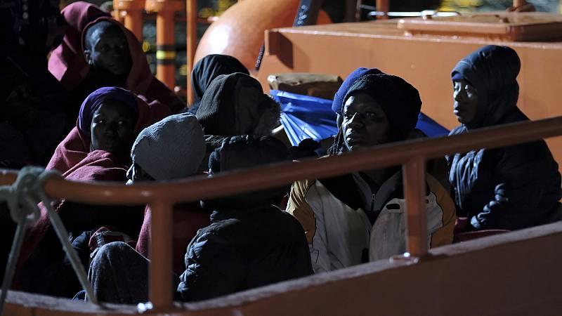 Boletines RNE - Rescatada una patera con 69 personas buscada en aguas malagueñas - Escuchar ahora