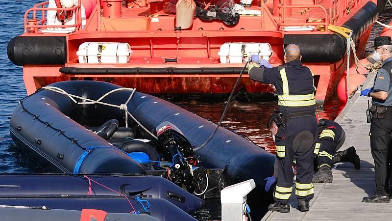 Boletines RNE - Salvamento busca 5 embarcaciones a la deriva con casi 150 personas a bordo en Canarias - Escuchar ahora