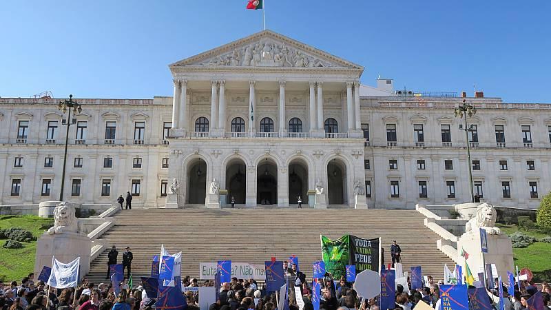 Boletines RNE - Portugal da el primer paso para despenalizar la eutanasia - Escuchar ahora