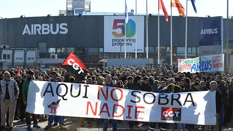 Boletines RNE - Los trabajadores de Airbus se concentran por el recorte de personal - Escuchar ahora