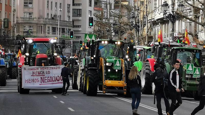 Boletines RNE - Miles de agricultores y ganaderos salen a las calles de León y Santander para exigir medidas para el sector - Escuchar ahora