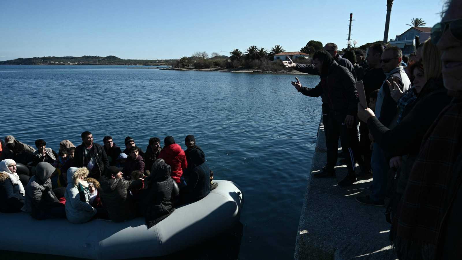 """14 horas - Grupos de ultraderecha griegos atacan a miembros de ONGs en Lesbos: """"Nos dieron una paliza"""" - Escuchar ahora"""