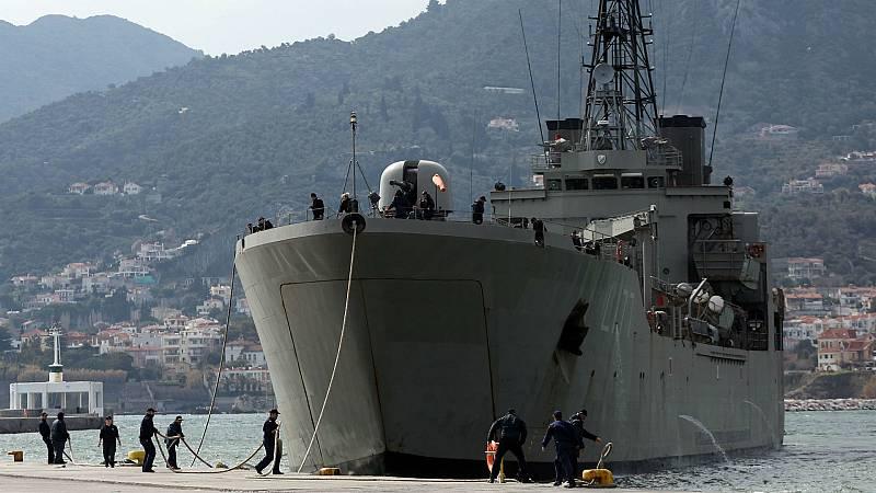 14 horas - Grecia lleva a los nuevos refugiados a un buque en un puerto de Lesbos