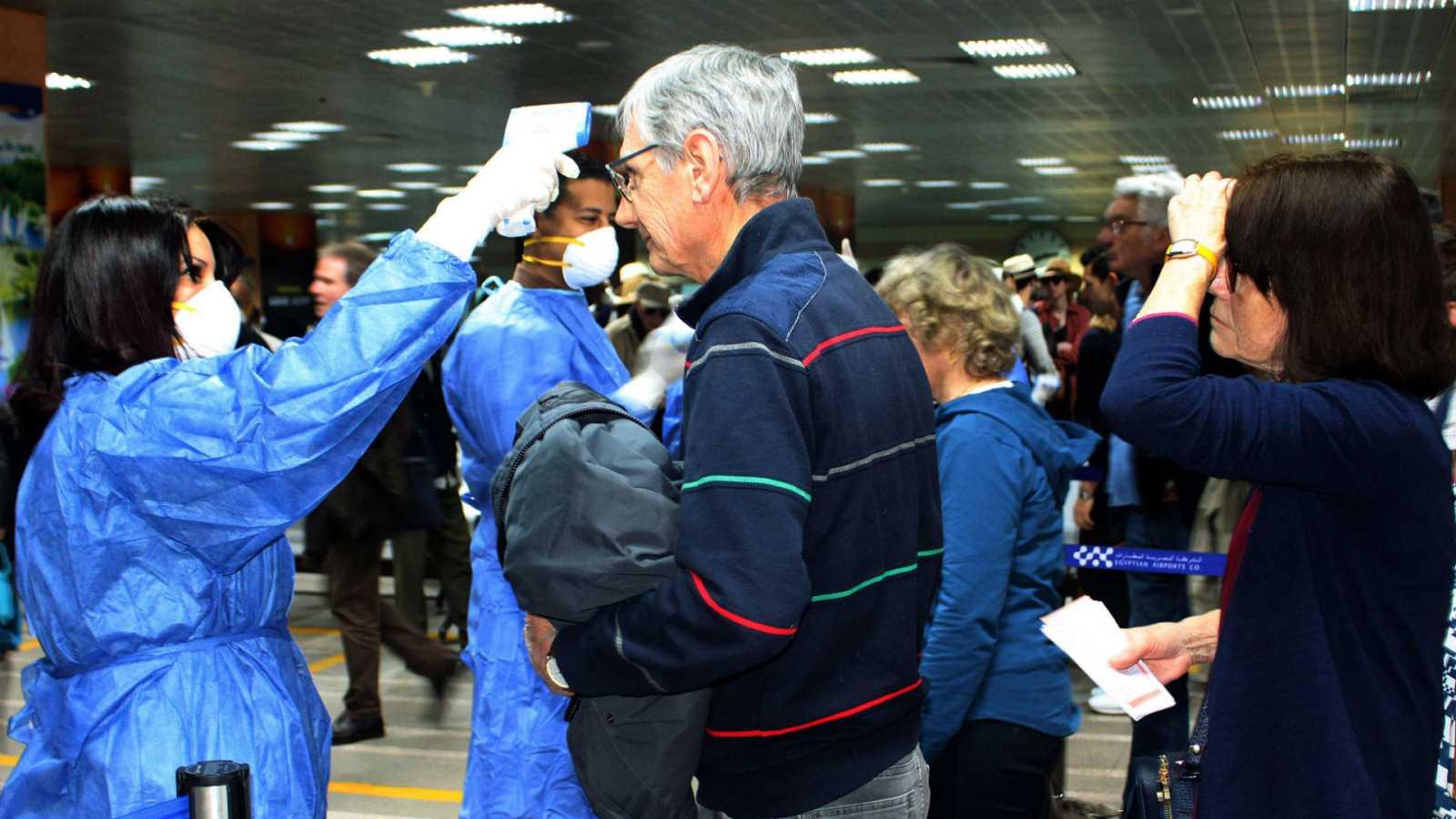 Boletines RNE - Cientos de españoles confinados en hoteles y cruceros en Egipto por el coronavirus - Escuchar ahora