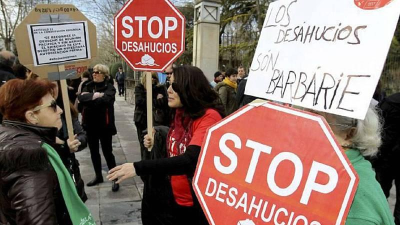Boletines RNE - El Gobierno acuerda evitar los desahucios por impago de alquiler tras un pacto entre Iglesias y Calvo - Escuchar ahora