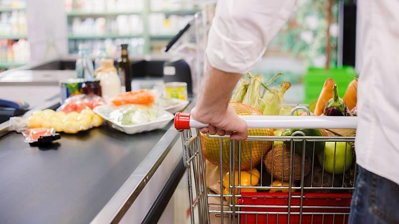 Boletines RNE - La confianza de los consumidores cae hasta niveles de 2009 - Escuchar ahora
