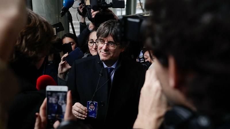 Boletines RNE - La Fiscalía pide tres años de cárcel para los mossos que escoltaban a Puigdemont - Escuchar ahora