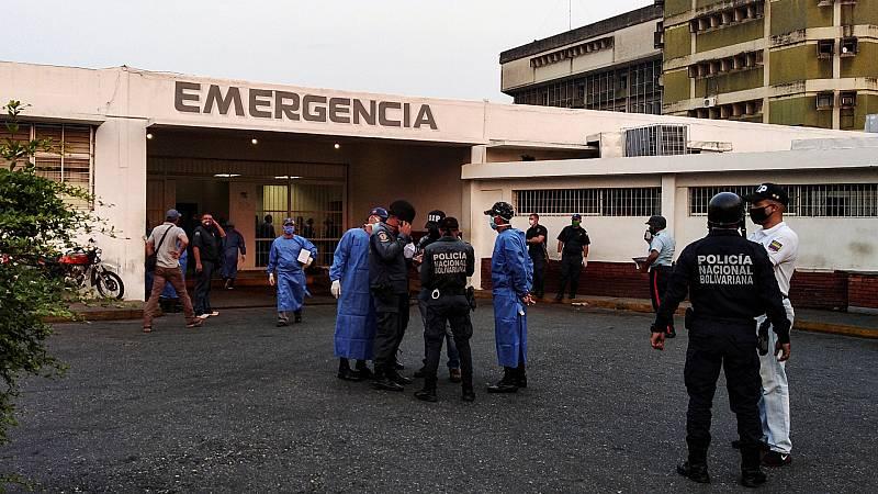 Người bị thương trong vụ bạo động được đưa tới điều trị tại bệnh viện ở thành phố Guanare. Ảnh: Reuters.