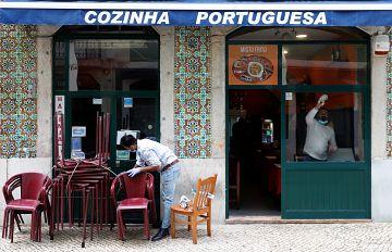 Las mañanas de RNE con Íñigo Alfonso - Portugal reabre hoy bares, restaurantes y comercios  - Escuchar ahora
