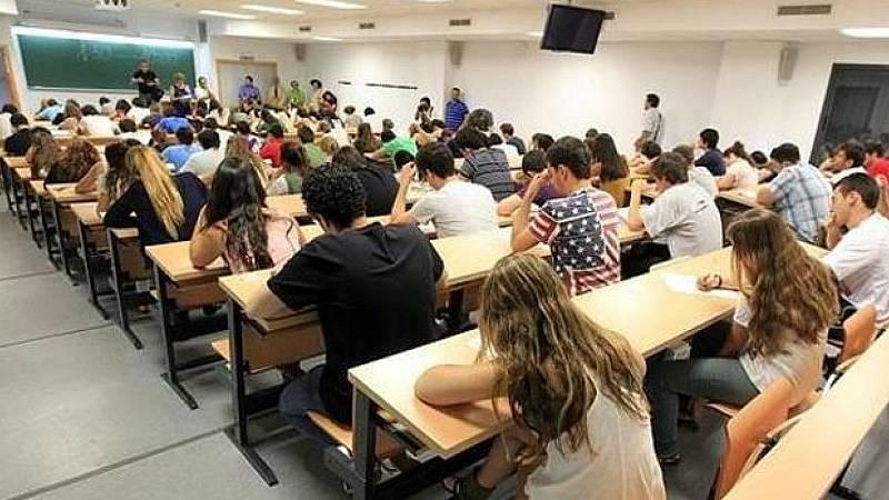 Boletines RNE - Las becas pasan a depender de un criterio de rentas y se elimina el crédito académico - Escuchar ahora