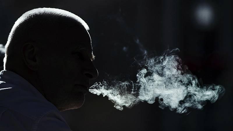 Las mañanas de RNE con Íñigo Alfonso - Los neumólogos alertan de que fumar en terrazas y lugares públicos eleva el riesgo de transmisión del virus - Escuchar ahora